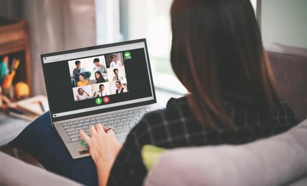 Reuniones vía Zoom, ¿Qué atuendos son ideales para una videoconferencia?